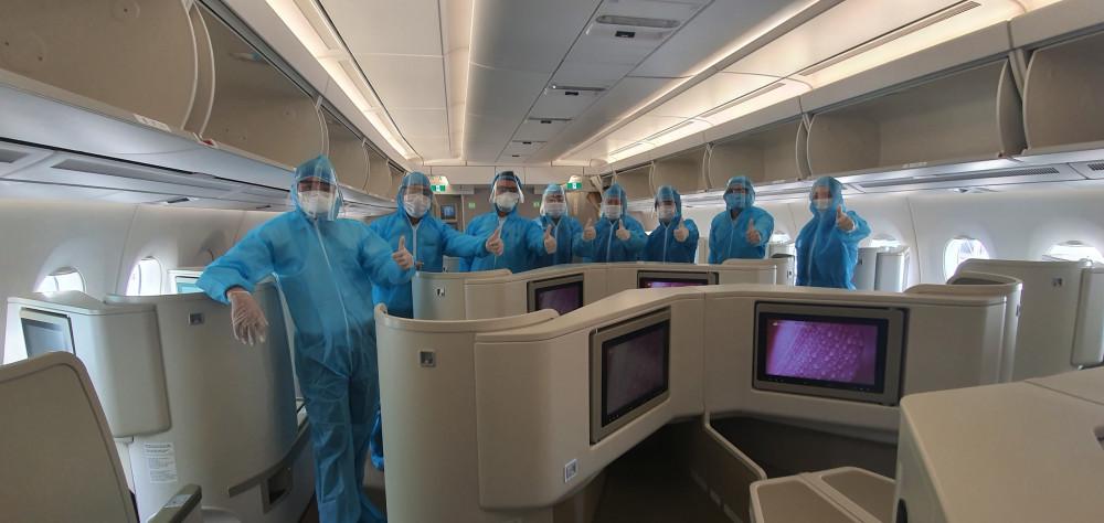 Sau khi hạ cánh, các hành khách, phi hành đoàn được tổ chức đi cách ly theo quy định.