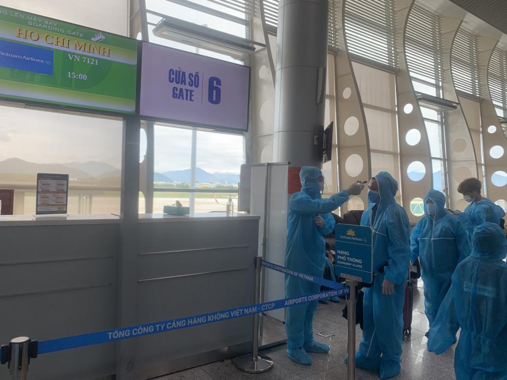 Hành khách đươc đo thân nhiệt trước khi lên máy bay