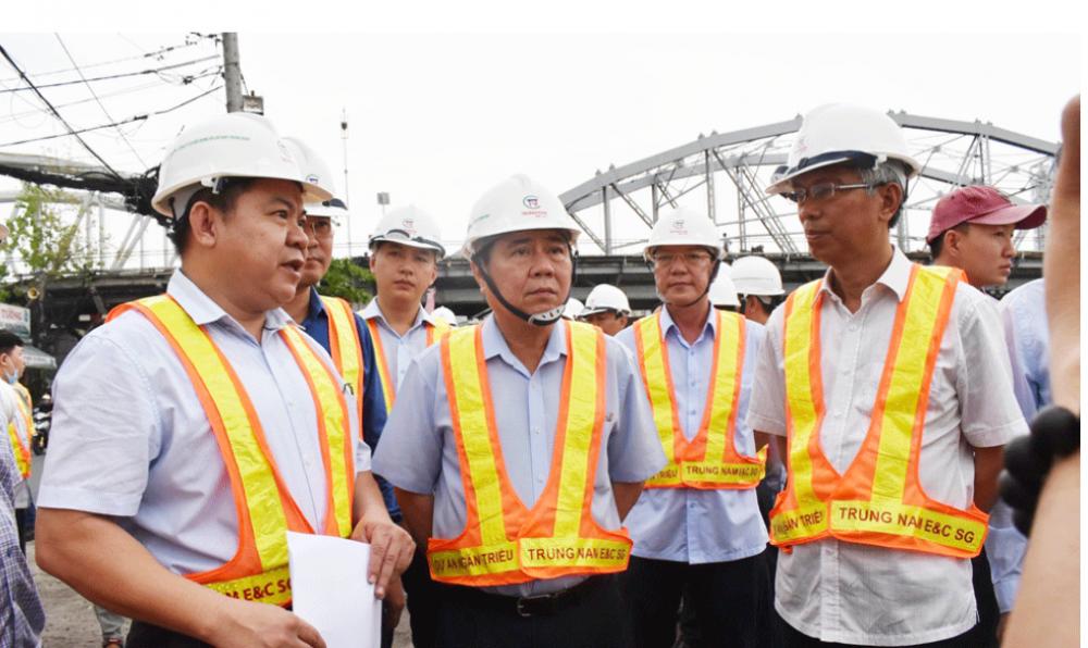 Chủ tịch UBND TPHCM Nguyễn Thành Phong trong một chuyến thị sát tiến độ của dự án chống ngấp gần 10.000 tỷ đồng