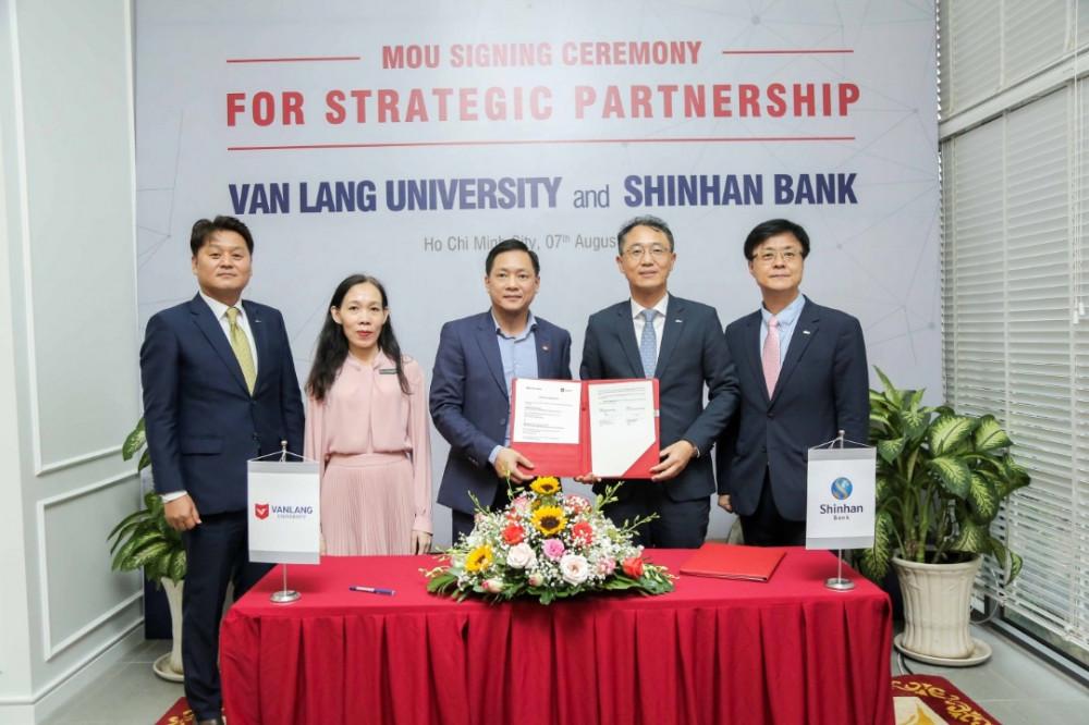 Ngân hàng Shinhan (bên phải) và  Trường Đại học Văn Lang tại buổi lễ ký kết