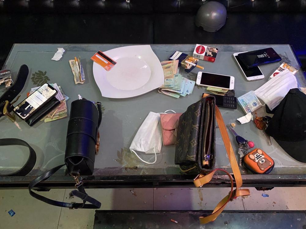 Nhiều dụng cụ để sử dụng ma túy và các tang vật liên quan tại hiện trường