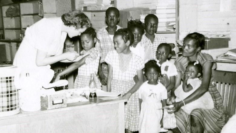 Vắc-xin đã giúp cứu sống hàng triệu trẻ em khỏi bệnh tật. Ảnh: Mississippi Department of Archives and History