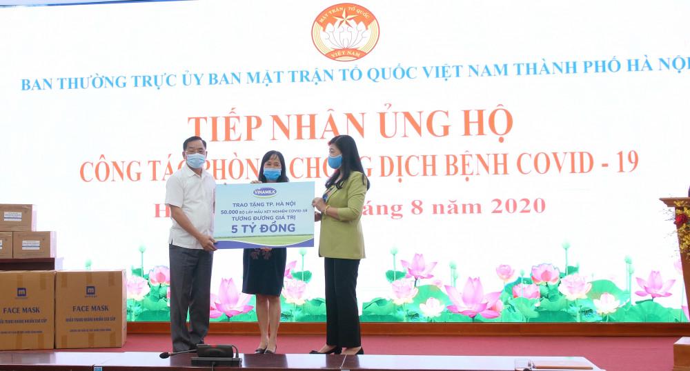 Đại diện Sở Y tế và Mặt trận Tổ quốc TP.Hà Nội tiếp nhận 50.000 bộ lấy mẫu xét nghiệm COVID-19, tương đương 5 tỷ đồng từ đại diện Vinamilk. Ảnh Vinamilk