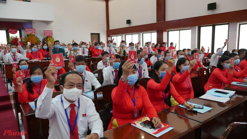 Các đại biều tham gia biều quyết tại Đại hội.