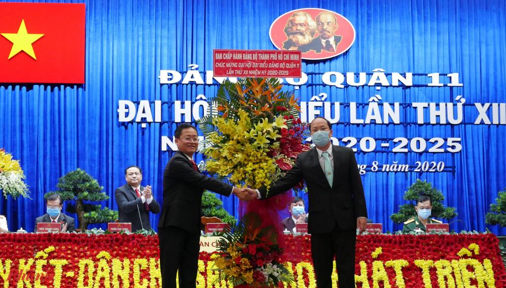 Trưởng ban Tổ chức Thành ủy TPHCM Nguyễn Hồ Hải tặng hoa chúc mừng Đại hội đại biểu Đảng bộ quận 11