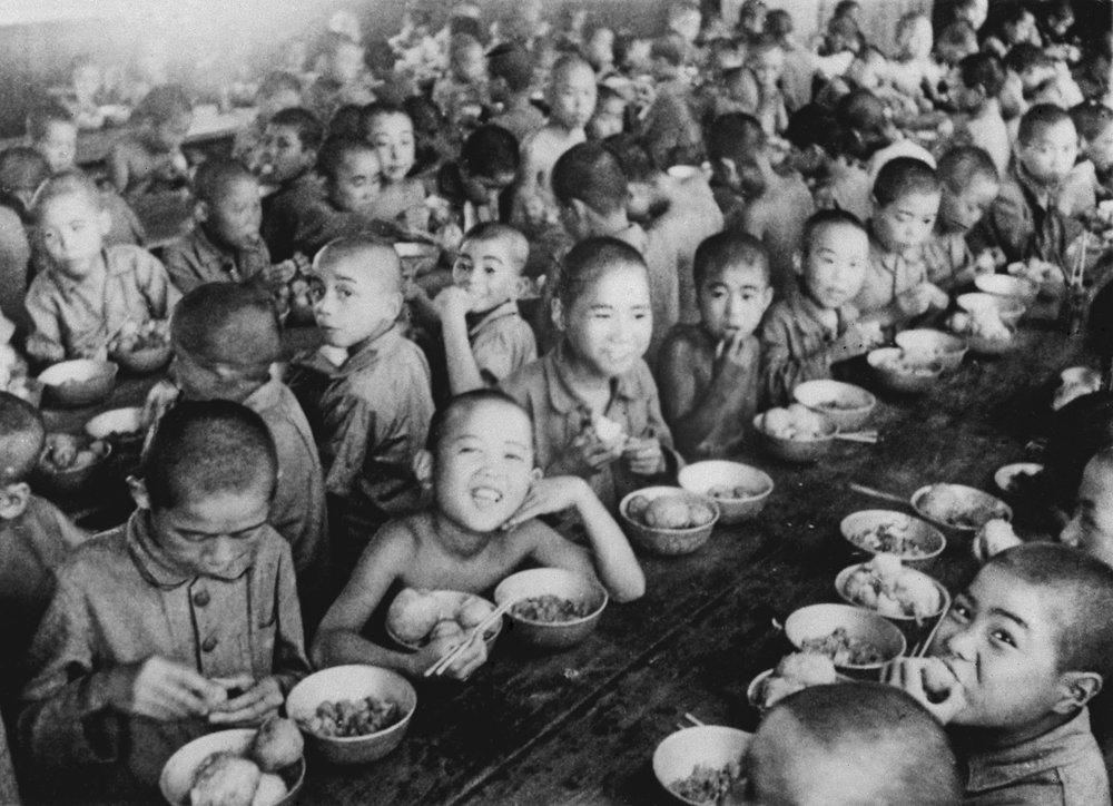 Những đứa trẻ trong một trại mồ côi ở Tokyo năm 1946.