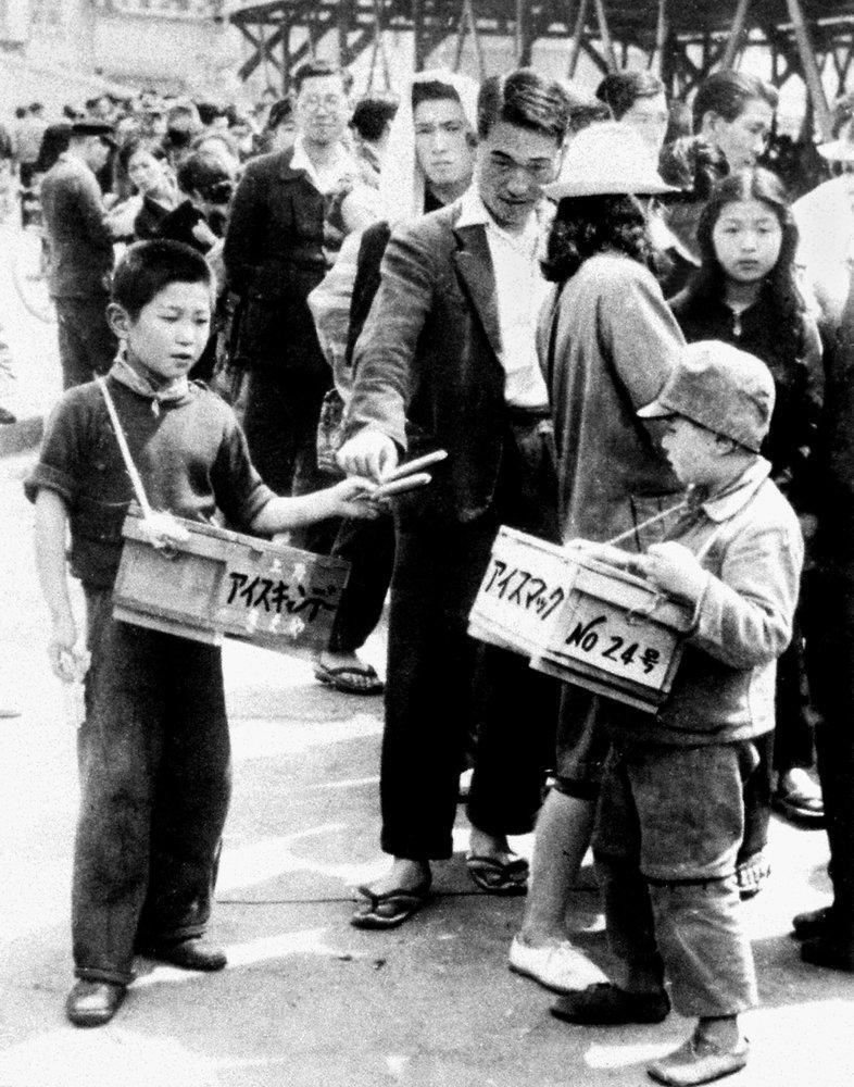 Một số trẻ mồ côi sau chiến tranh lăn lộn ngoài xã hội, bị ghét bỏ, đánh mắng và kỳ thị.