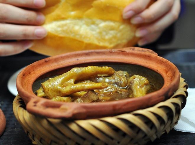 Bánh mì chân gà mật ong: Mới mẻ, lạ miệng, bánh mì chân gà mật ong đun trong niêu nóng hổi cũng làm không ít đôi bạn mê mẩn.  Chân gà hầm vừa tới chứ không nhừ tơi, ngấm gia giảm nên có cảm giác thơm, đậm đà. Thịt lưỡi ngon giòn sần sật. Đặc biệt, nước canh hầm gà dễ khiến khách ưng nhờ vị ngậy của cốt dừa, ngọt dễ chịu từ mật ong và đủ mặn mà để ăn cùng bánh mì. Món ăn dễ trở thành khoái khẩu của những người ưa mút mát, gặm nhấm.