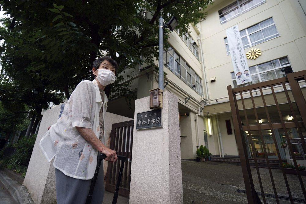 Mitsuyo Hoshino đứng trước trường tiểu học Chuwa, ngôi trường mà 75 năm trước bà đang theo học ở Tokyo.