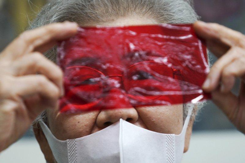 Bà Motoki dùng một tấm giấy kính màu đỏ để diễn tả lại khung cảnh sau trận oanh tạc của Mỹ vào Tokyo hơn 75 năm trước.