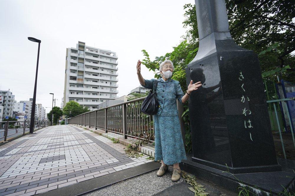 Kisako Motoki nói về trải nghiệm chiến tranh của mình tại Cầu Kikukawa, nơi bà may mắn trốn thoát khỏi cuộc Không kích ở Tokyo vào ngày 10/3/1945.