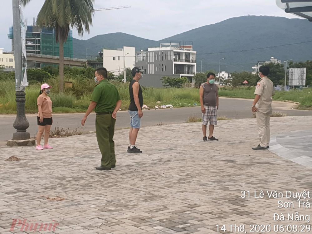 Lực lượng phòng chống dịch COVID-19 phường Nại Hiên Đông làm việc với những người đi thể dục buổi sáng