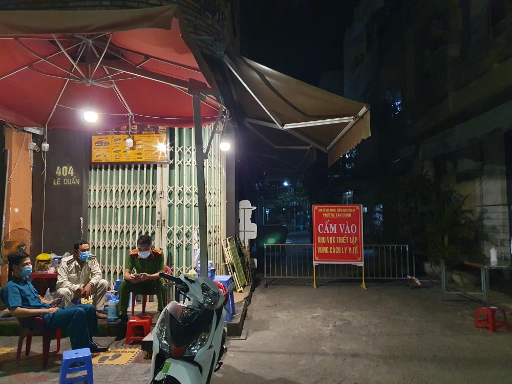 Công an, dân phòng trực chốt ở đầu kiệt 402 Lê Duẩn (Q. Hải Châu), quận trung tâm của Đà Nẵng