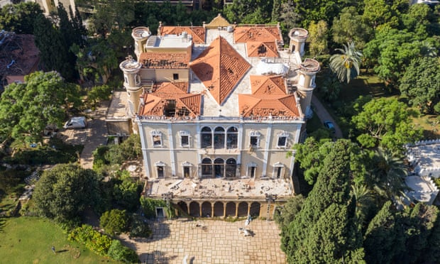 hông của cung điện và bảo tàng Beirut's Sursock, bị hư hại nặng nề trong vụ nổ