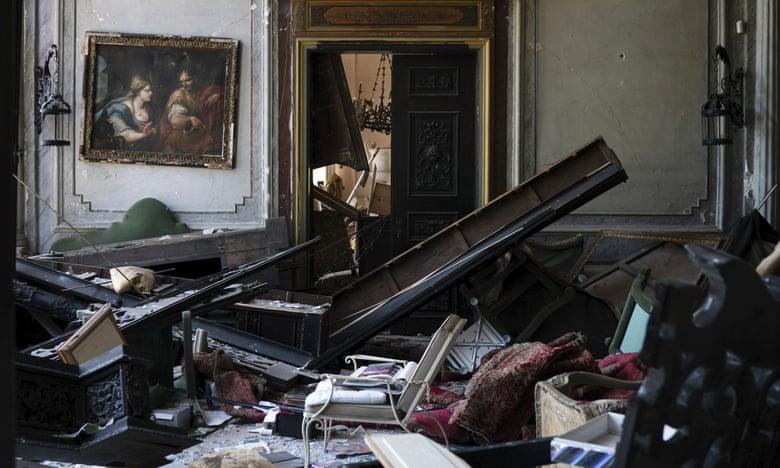 Một căn phòng trong cung điện Sursock bị hư hại nặng