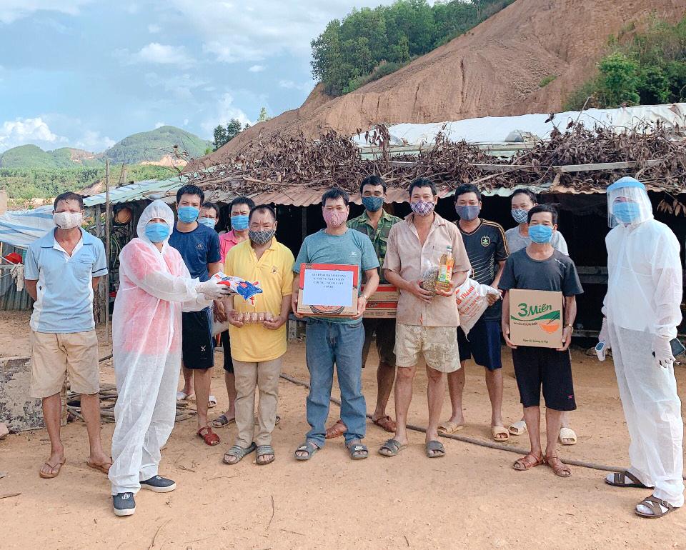 Những tốp công nhân mắc kẹt tại Đà Nẵng nhận hàng tiếp tế