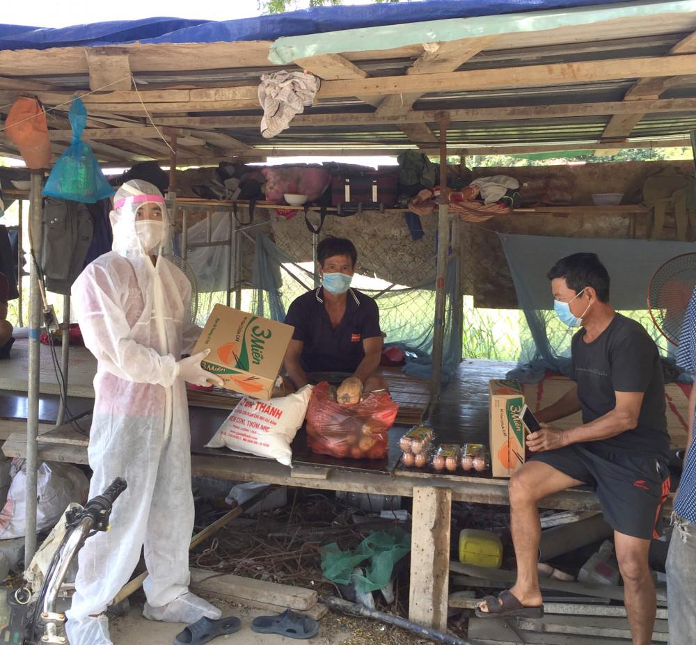 Các công nhân nhận hàng cứu trợ từ đồng hương