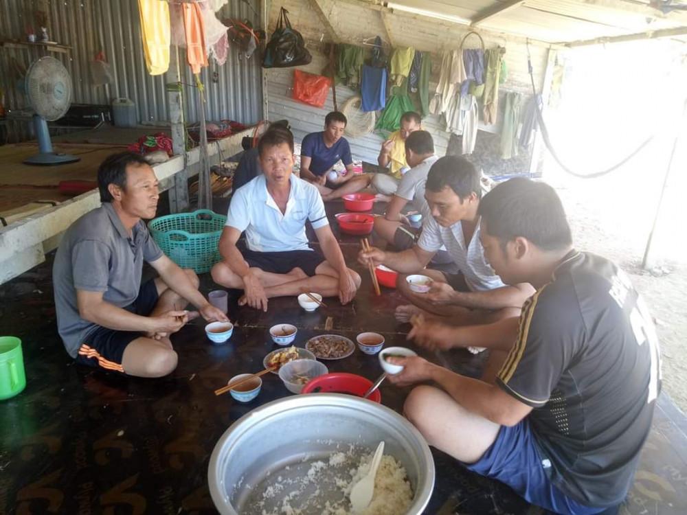 Công nhân xây dựng sống chật vật trong các lán trại