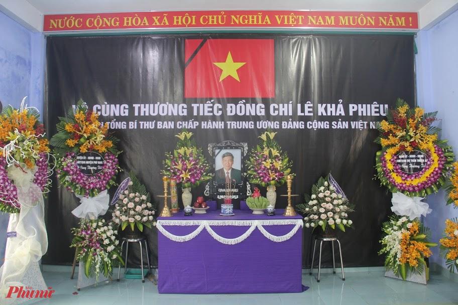 Trước đó từ ngày 12/8, thị trấn Thuận An và người dân Làng Rồng đã lập bàn thờ nguyên Tổng bí thư Lê Khả Phiêu tại Nhà văn hóa làng Rồng thôn An Hải thị trấn Thuận An, huyện Phú Vang) - nơi lưu giữ nhiều ký ức, hình ảnh về ông.