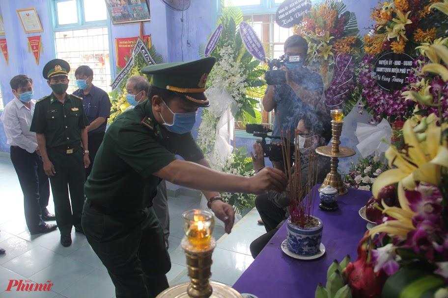 Trước đó các cơ quan, đơn vị trên địa bàn huyện Phú Vang và người dân làng Rồng đã đến dâng hương, dâng hoa tưởng nhớ cố Tổng bí thư Lê Khả Phiêu tại Nhà văn hóa làng Rồng.