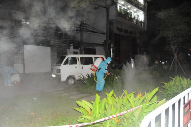 Lực lượng chức năng Hải Dương tiến hành khử trùng đường phố.