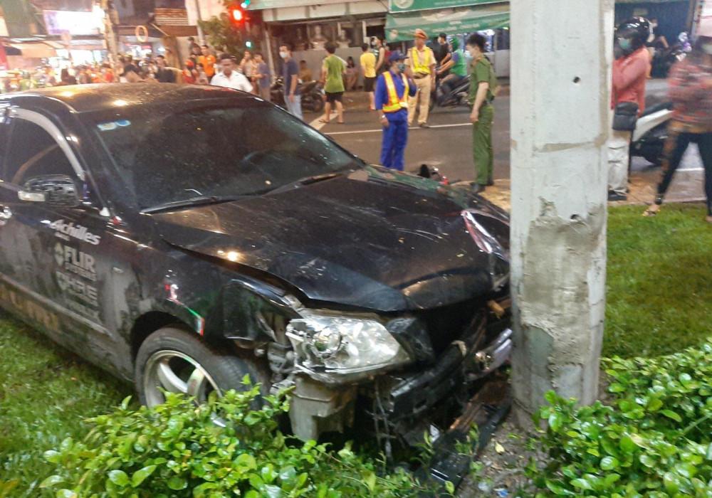 Chiếc xe chỉ chịu dừng lại khi đụng vào cây cột điện