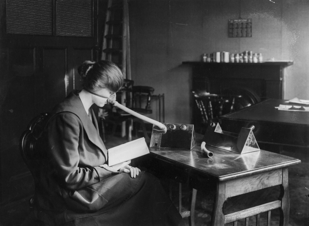 Khẩu trang với chiếc mũi dài như mũi chim được các bác sĩ đeo năm 1919 - Ảnh: Getty Images