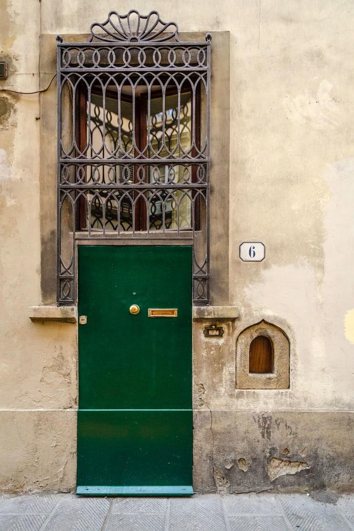 Một ô cửa dùng làm nơi giao rượu cho khách trong những năm từ 1629-1631 tại Ý - Ảnh: Robbin Gheesling