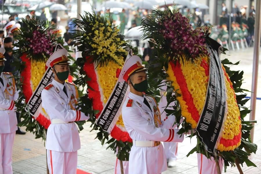 Tổng Bí thư Nguyễn Phú Trọng, nguyên Chủ tịch nước Nguyễn Minh Triết, nguyên Chủ tịch Quốc hội Nguyễn Sinh Hùng... gửi vòng hoa đến viếng và chia buồn với gia đình nguyên Tổng bí thư Lê Khả Phiêu