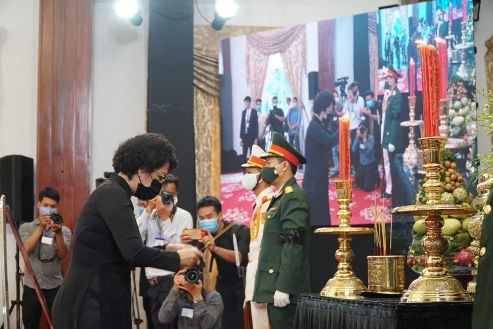 Bà Tô Thị Bích Châu - chủ tịch UBMT Tổ Quốc TPHCM dâng hương, kính viếng nguyên Tổng Bí thư Lê Khả Phiêu