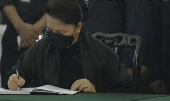 Chủ tịch Quốc hội Nguyễn Thị Kim Ngân viết sổ tang tại lễ viếng nguyên Tổng bí thư Lê Khả Phiêu