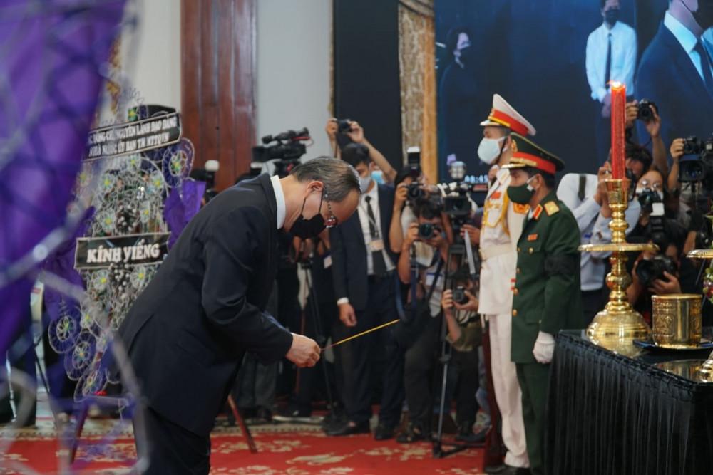 Bí thư Thành ủy TPHCM Nguyễn Thiện Nhân viếng nguyên Tổng bí thư Lê Khả Phiêu