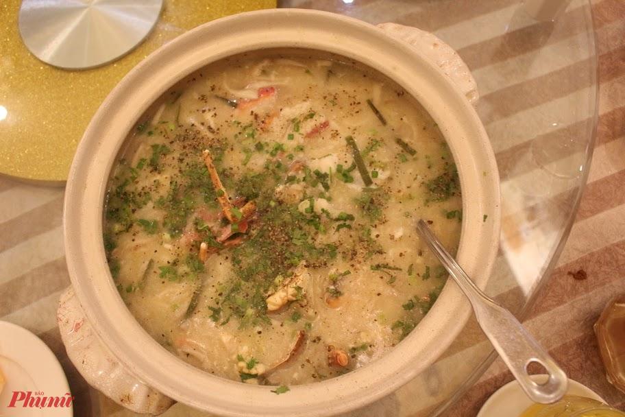 Được nấu từ tôm hùm tươi, nên món cháo không cần gia giảm quá nhiều gia vị vẫn thơm, ngọt.