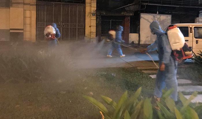 Lực lượng y tế phun khử khuẩn tại TP Hải Dương.