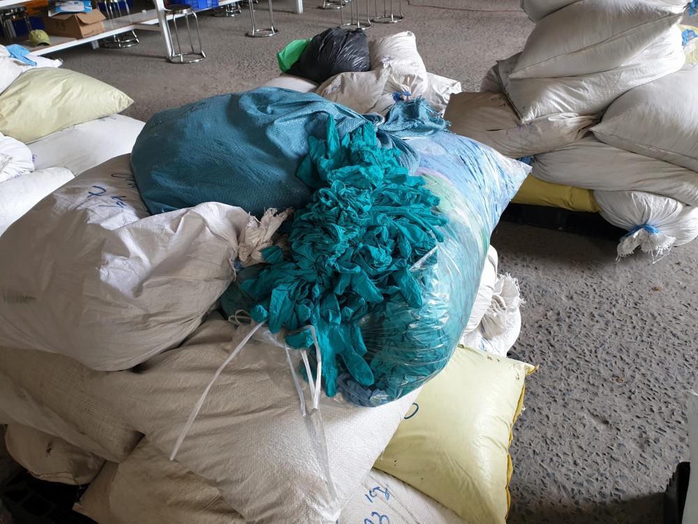 Hơn 2 triệu găng tay thành phẩm được tái chế từ găng tay đã qua sử dụng - Ảnh: Cục QLTT Bình Dương