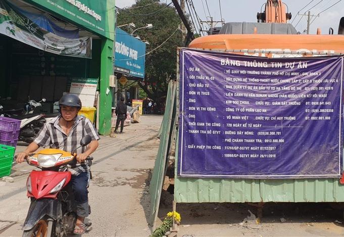 Dự án vệ sinh môi trường thi công trên tuyến đường Nguyễn Duy Trinh và Nguyễn Thị Định (Q.2). Ảnh: Lao Động