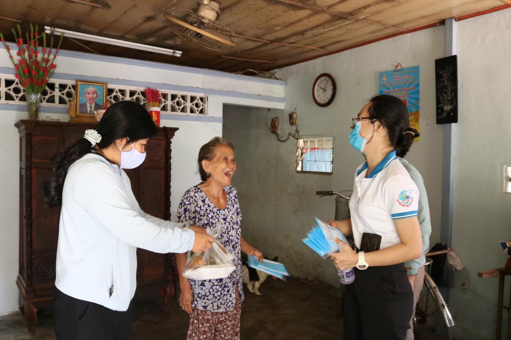 Cụ Nguyễn Thị Tám (giữa) và chồng  kiếm sống bằng cách nhặt nhạnh ve chai bán,