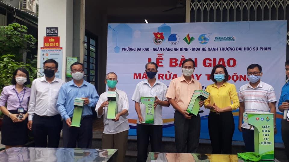 Ban tổ chức chương trình trao tặng máy rửa tay cho đại diện UBND phường,  trường học và các khu phố.