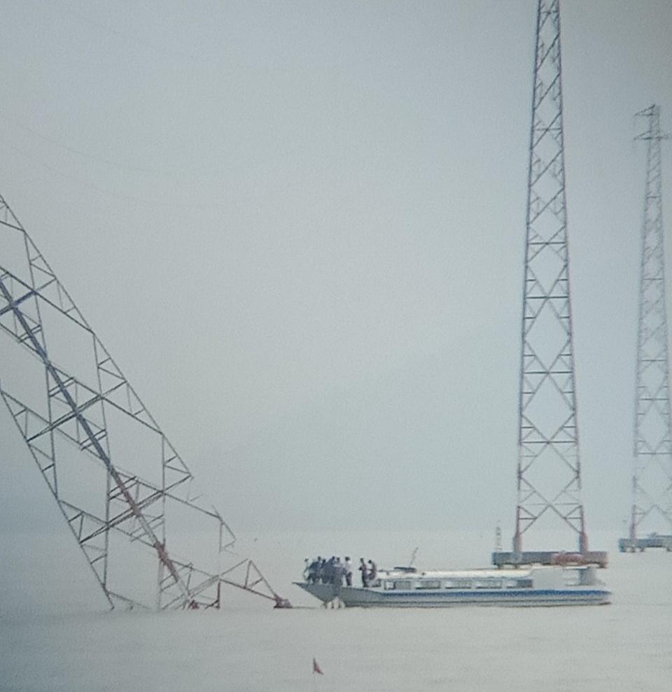 Trụ điện số 25 đưa điện từ đất liền ra đảo Hòn Tre đã bị lật nghiêng.