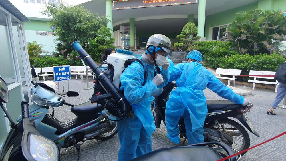 Nhân viên y tế tại Đà Nẵng đi phun khử trùng phòng chống COVID-19, ảnh Lê Đình Dũng