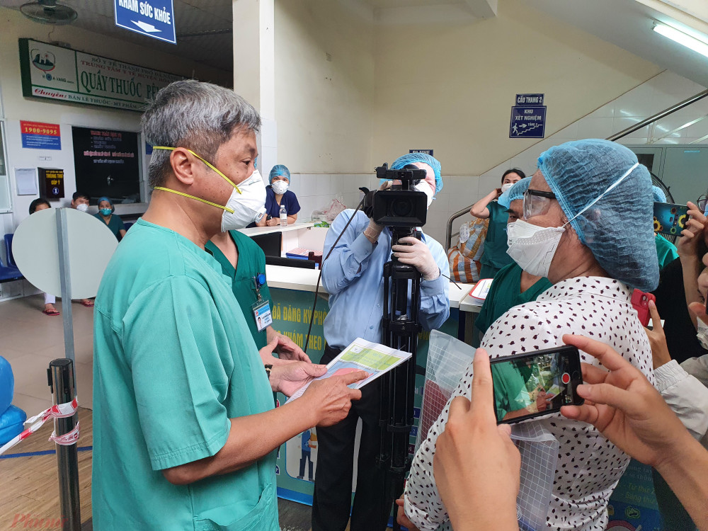 Thứ trưởng Bộ Y tế Nguyễn Trường Sơn trao đổi với Giám đốc Sở Y tế Đà Nẵng Ngô Thị Kim Yến tại Bệnh viện dã chiến Hòa Vang - Ảnh: Lê Đình Dũng