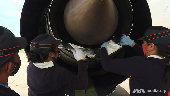 Các gói hút ẩm được đặt vào trong những động cơ trên máy bay