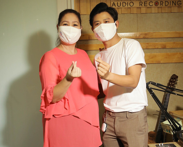 NSND Hồng Vân và nhạc sĩ Nguyễn Văn Chung tại buổi thu âm ca khúc Ngày mai tươi sáng.