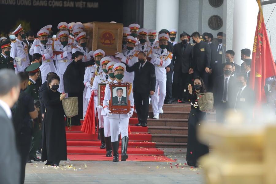Đi bên cạnh linh cữu nguyên Tổng bí thư Lê Khả Phiêu là Chủ tịch Quốc hội Nguyễn Thị Kim Ngân và Thủ tướng Nguyễn Xuân Phúc