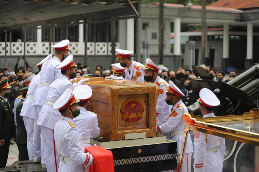 Linh cữu của nguyên Tổng bí thư Lê Khả Phiêu được đưa lên linh xa và phủ cờ Tổ quốc đỏ thắm