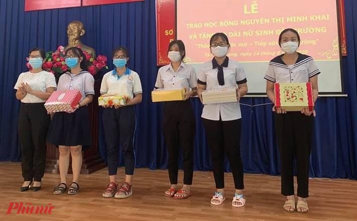 Hội tặng học bổng và vải may ái dài cho các hoc sinh chuẩn bị vào lớp mười và học sinh cấp Trung học phổ thông