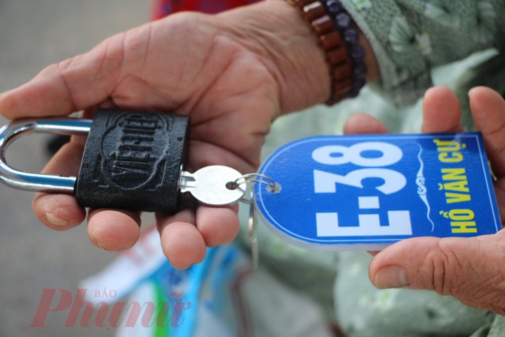"""Sau khi bàn giao 25 căn nhà xây dựng theo hình thức """"chìa khóa trao tay"""", chính quyền TP Huế sẽ tiếp tục hoàn thiện thêm 3 căn nhà theo dạng này để bàn giao tiếp cho bà con nghèo ở Thượng Thành."""