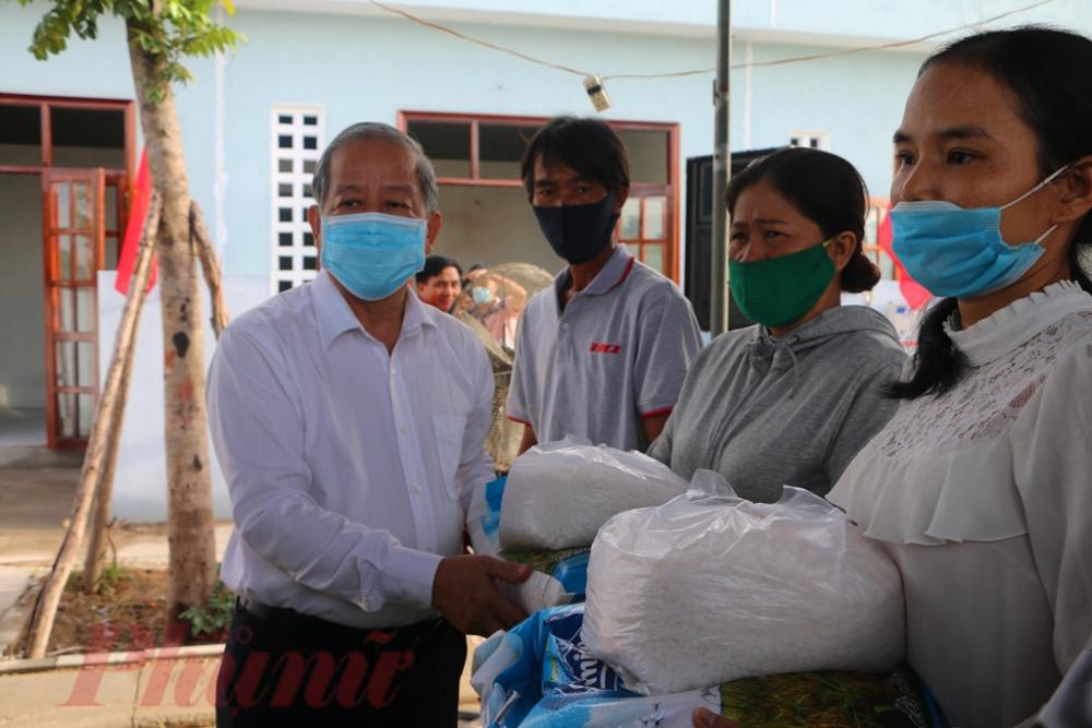 Ngoài việc có ngôi nhà mới để ở ông Phan Ngọc Thọ- Chủ tịch UBND tỉnh Thừa Thiên Huế còn tặng thêm gạo muối theo phong tục của người Huế mối khi về nhà mới, với mong muốn được an cư lập nghiệp