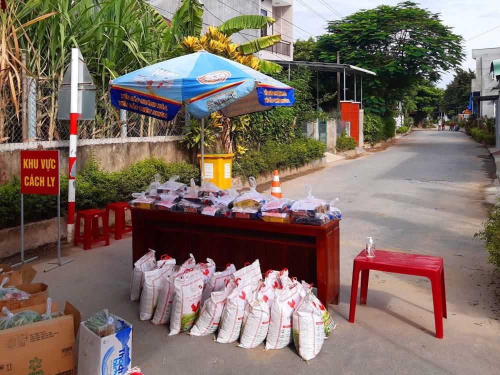 Các hàng hóa, nhu yếu phẩm đặt sẵn ở bên trong rào chắn để người dân ra nhận