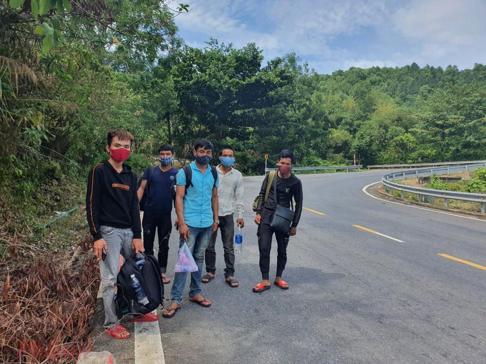 5 công nhân người Nghệ An đi bộ ra Huế bắt xe về quê bị phát hiện và đưa vào trả lại địa phận Đà Nẵng ở phía nam đèo Hải Vân sáng 15/8 - Ảnh: Lê Đình Dũng